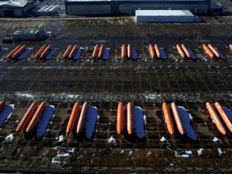 Le fusoliere di aeroplani dirette verso l'impianto di produzione 737 Max di Boeing in attesa di essere spediti su binari di raccordo a Wichita martedì. Reuters / Nick Oxford